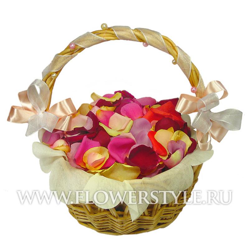 Корзинка с лепестками роз
